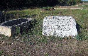 Sarcophage et Pied De Croix