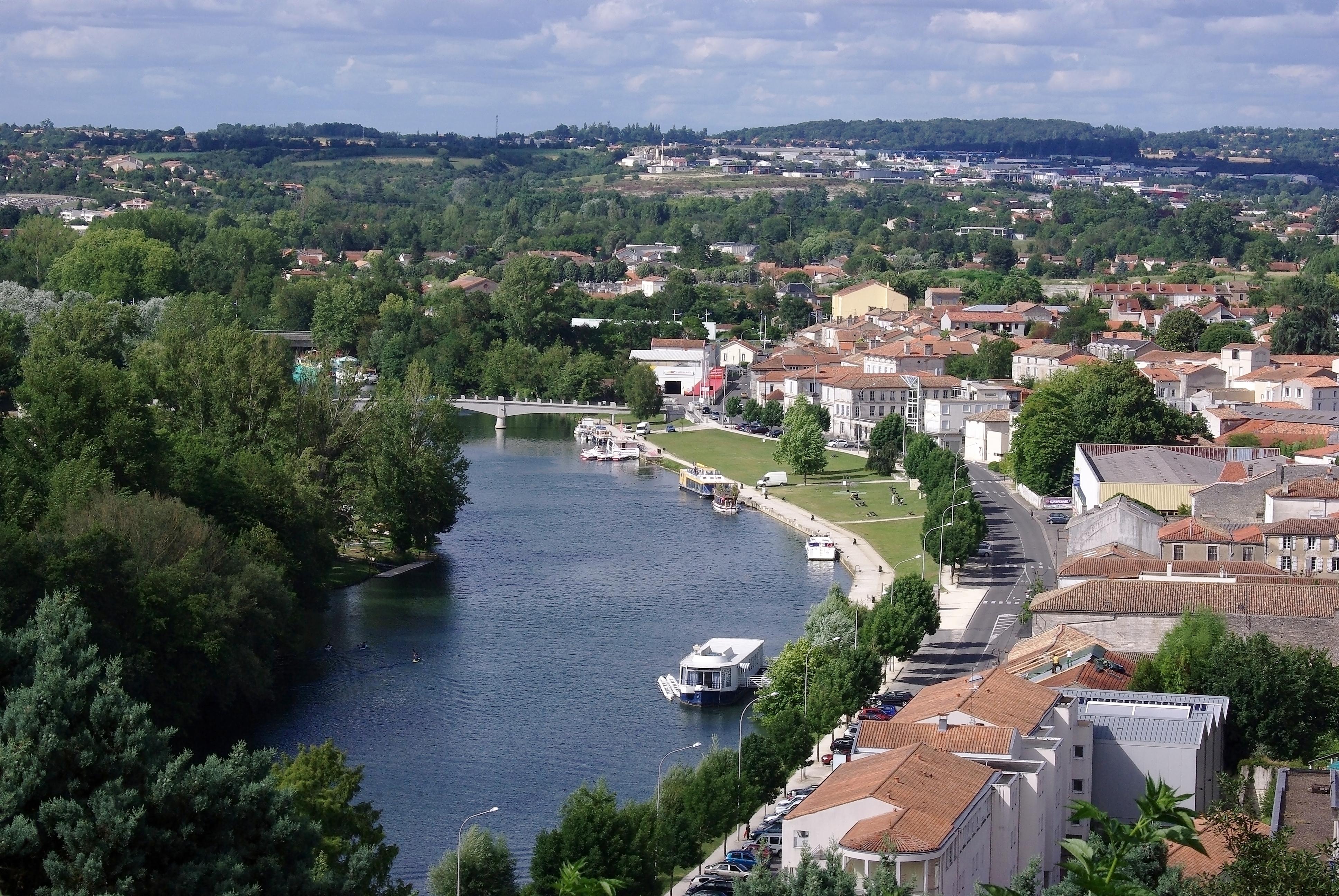 http://www.larochebeaucourt.fr/wp-content/uploads/2011/11/Angoul%C3%AAme_LHoumeau_vu_des_remparts_2012.jpg
